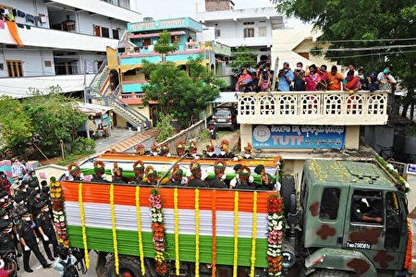 2020年6月18日,印度陸軍護送在加勒萬河谷地區中印衝突時喪生的桑托什・巴布上校屍體回特蘭加納邦Suryapet舉行葬禮,民眾自發夾道送行。(STR/AFP via Getty Images)