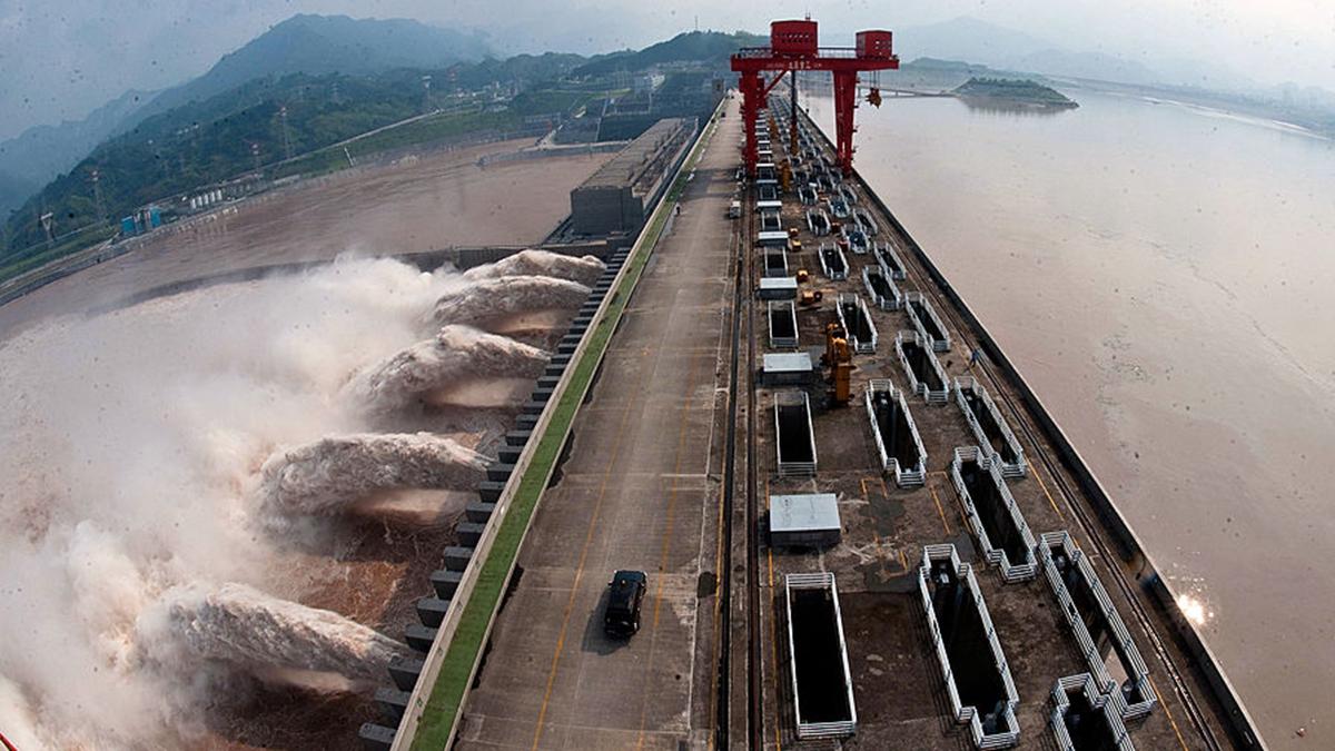 網傳三峽庫區危急,已開始秘密洩洪,專家已經不知所措,每天都在惶恐之中。(STR/AFP/GettyImages)