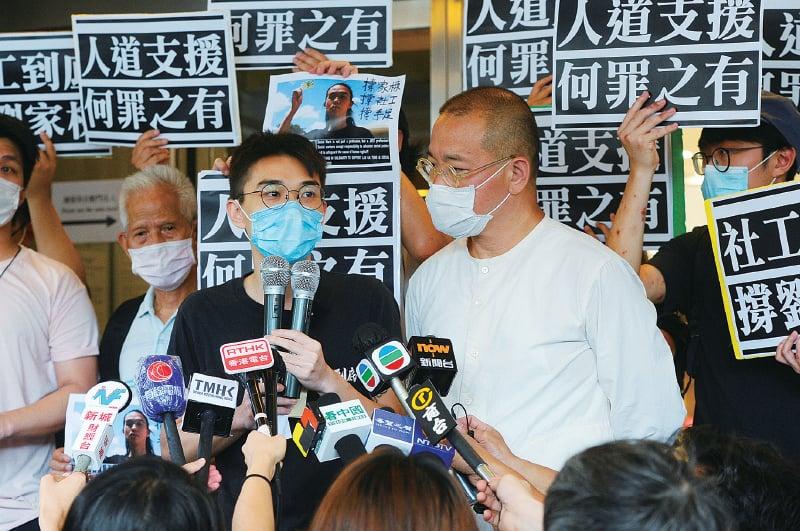 註冊社工劉家棟(左)獲准保釋等候上訴獲批。他在庭外表示唯有堅持抗爭,才能換回屬於香港人的香港,才對得住已犧牲的手足。(宋碧龍/大紀元)