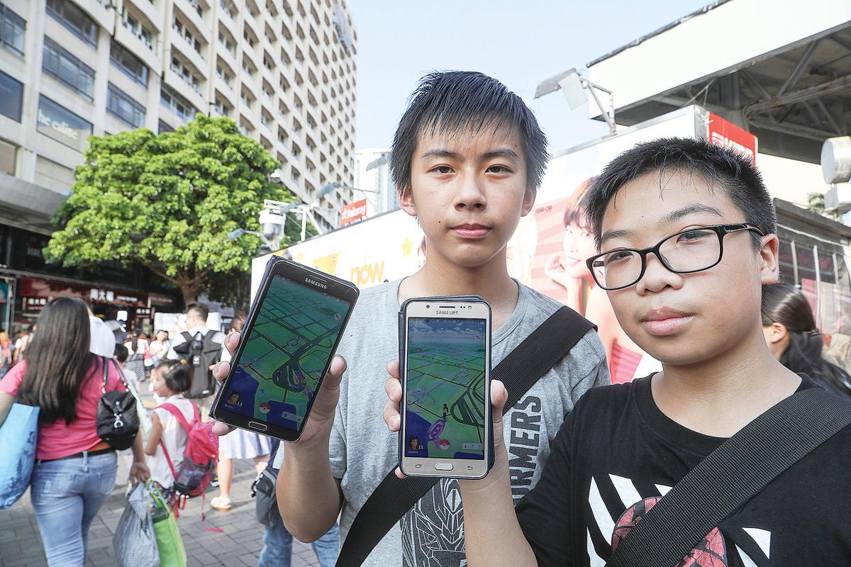 手機應用程式「Pokémon GO」在港熱玩,吸引年輕人爭相捉精靈。(余鋼/大紀元)