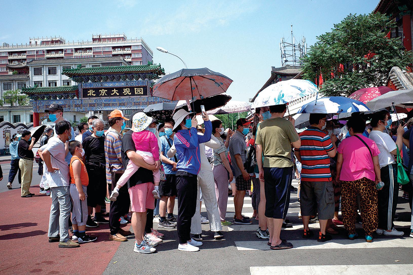 北京社區排隊等候核酸檢測的市民密密麻麻,完全失去了「社交距離」。(網絡截圖)