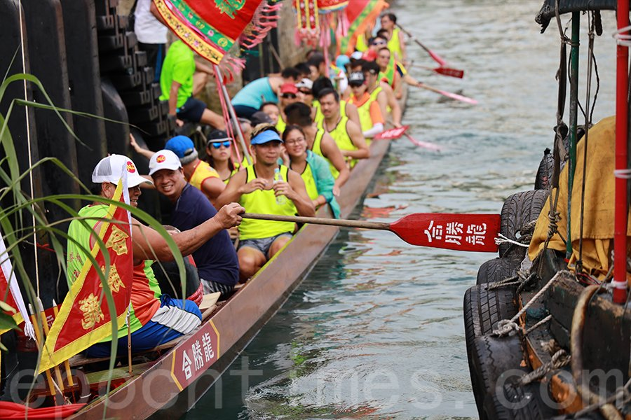 擁有一百五十多年歷史的龍舟會「合勝龍體育會」的端午遊龍儀式延續至今。(陳仲明/大紀元)