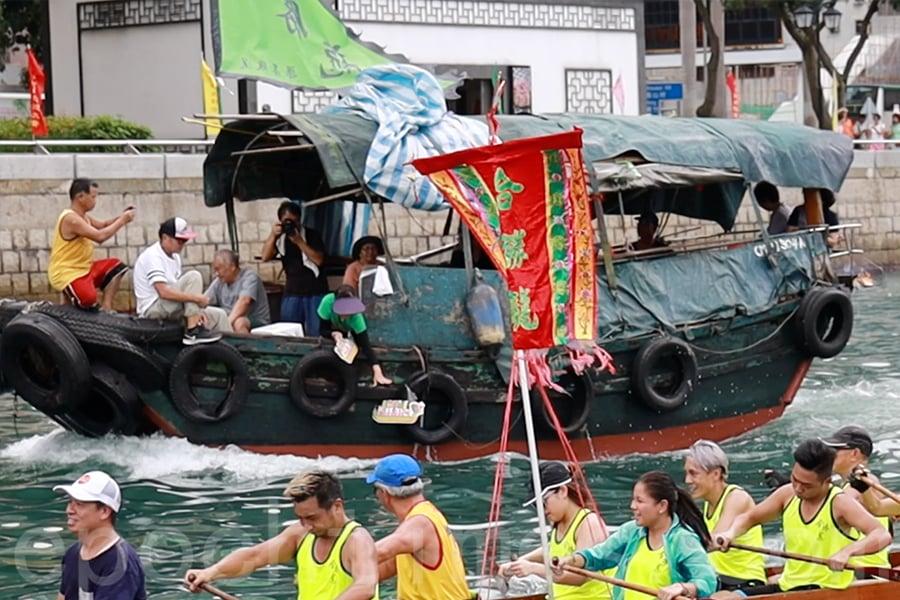 護駕的小艇在「遊龍」的途中拋下紙船作為祭品。(陳仲明/大紀元)