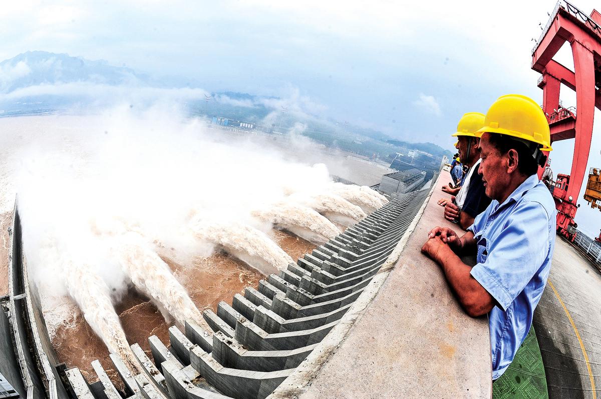 專家表示,如果三峽潰壩,不僅會帶來水災,還會有20億—30億立方米的泥沙,其破壞力比洪水要厲害。圖為2012年7月24日三峽洩洪的檔案照。 (Getty Images)