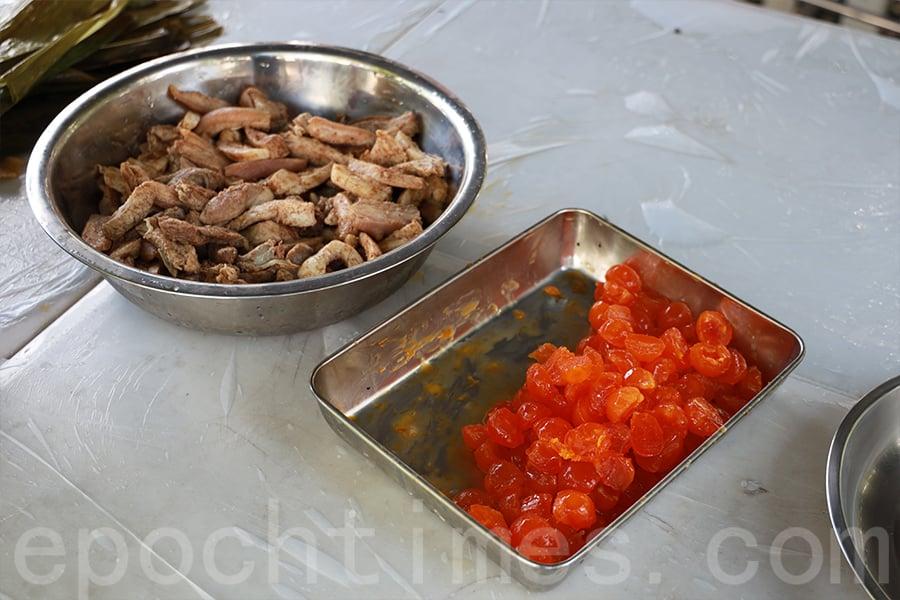 豬肉要預早醃製,鹹蛋要一個個打開,將蛋黃和蛋白分開。(陳仲明/大紀元)