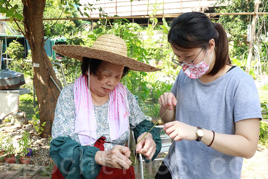 村民們一起親手包糉,除了美味外,更多了一份對傳統手作的尊敬。(陳仲明/大紀元)