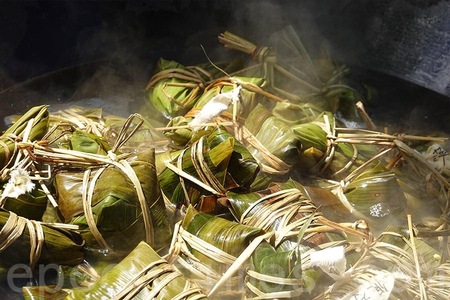 包完後的糭子放入大鍋,用柴火煮熟,約兩個小時後便可以享用美味的農家糉。(曾蓮/大紀元)