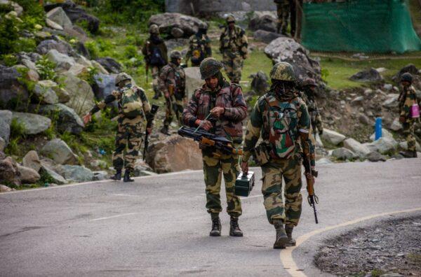 中印駐守邊境的軍人近日在拉達克加萬河谷發生激烈衝突。圖為印度軍人在邊境巡邏。 (Yawar Nazir/Getty Images)