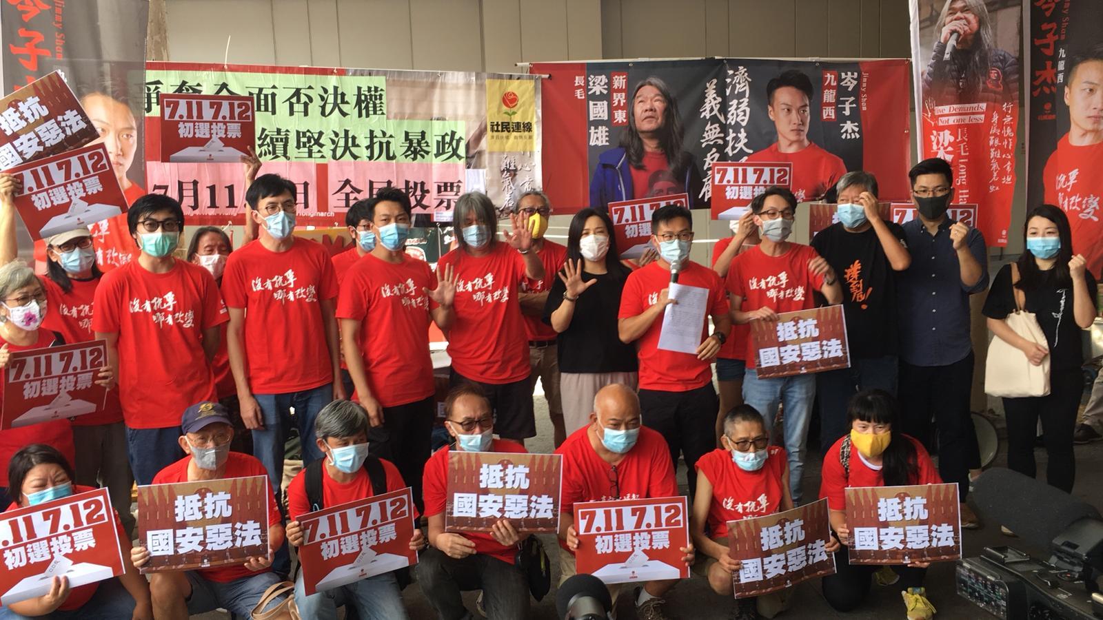 今日(6月24日),社民連(社會民主連線)宣佈參與2020年立法會選舉的民間初選名單,岑子杰(上左七)出戰九龍西,梁國雄(長毛)(上左八)出戰新界東。在集會現場,社民連主席黃浩銘(上右六)提及社民連的6項主張,重申民主派在香港重大議題上,必須取得廣泛的市民直接授權,絕不能私自與中共政權談判及妥協。(Ivan / 大紀元)