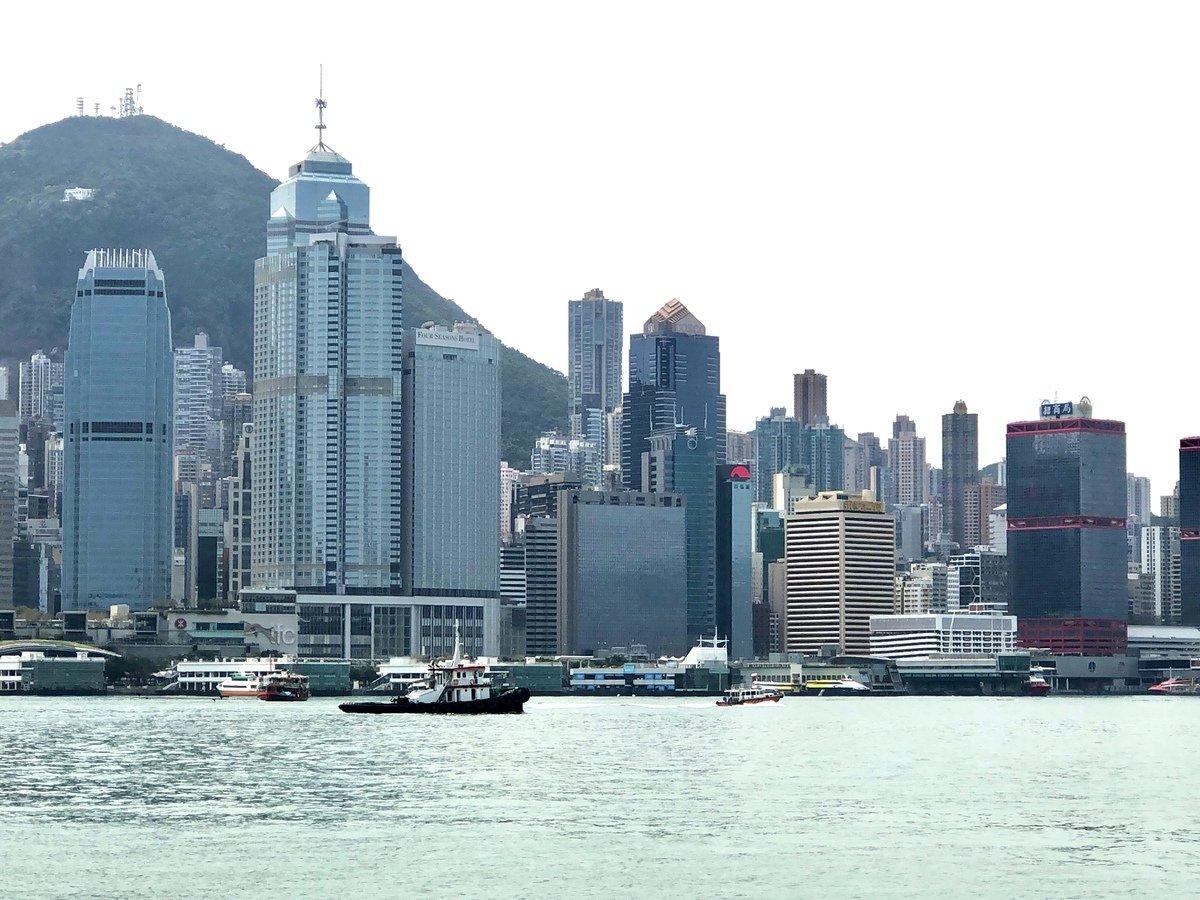 局勢動盪下,近期出現中資在香港「逆市擴張」的現象。有知情者向大紀元透露,中共正在按部就班的展開內定的「留港不留人」計劃。 (林楚舟/大紀元)