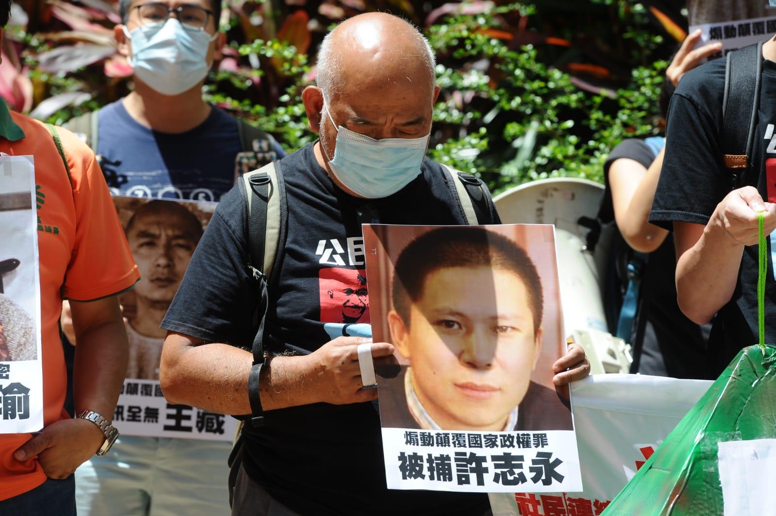 社民連手舉中國大陸一些因「顛覆國家政權罪」而遭到中共關押的人士的圖片。(宋碧龍/大紀元)