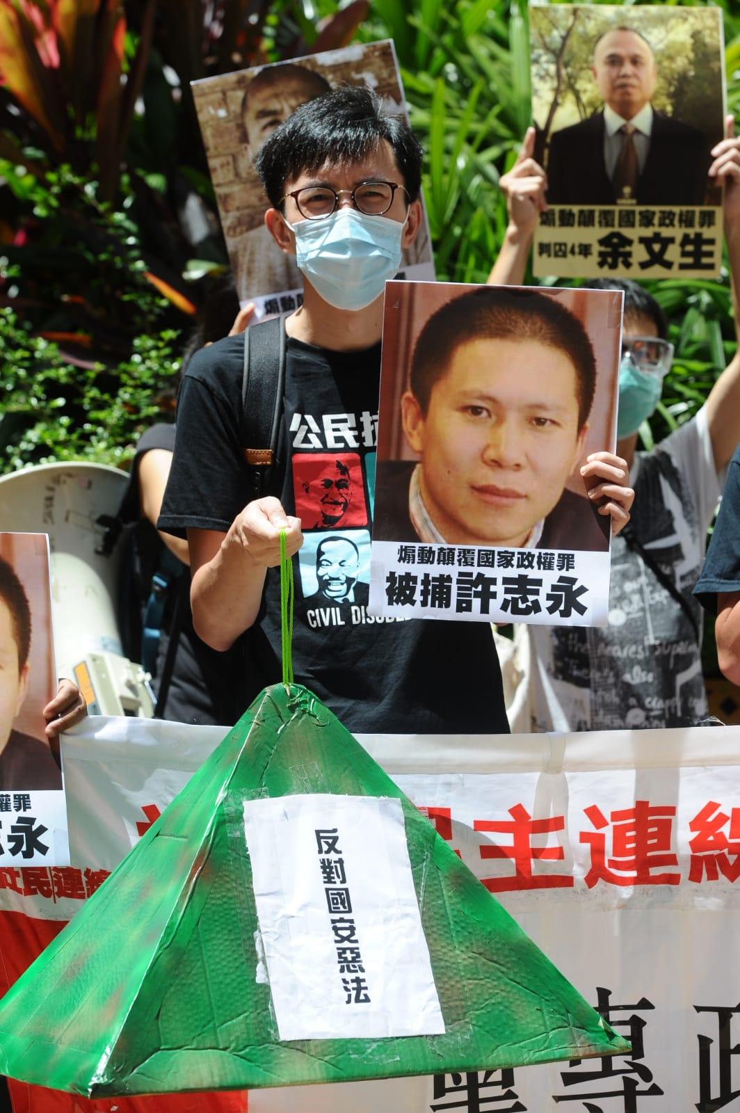 社民連也將反對國安惡法的標語,貼在粽子上。(宋碧龍/大紀元)