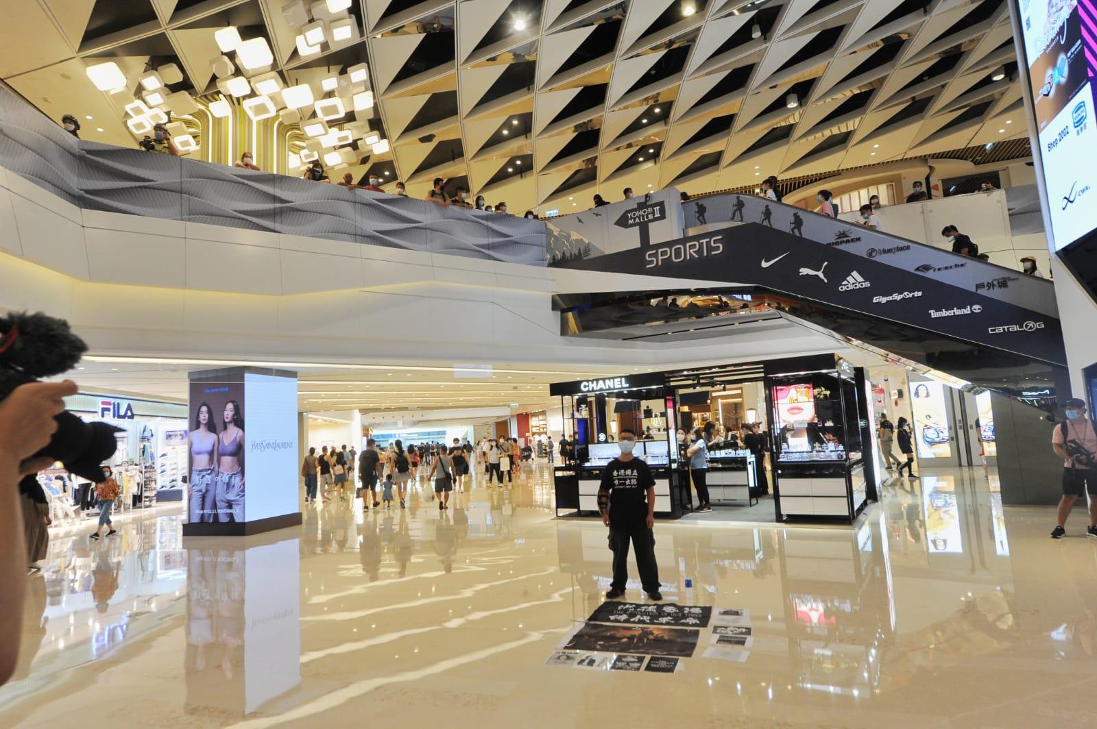 今日(6月25日)端午節,每年的今日香港都會有賽龍舟的活動。不過今年的端午節卻非同一般,由於武漢肺炎疫情影響,賽龍舟的活動被迫取消,但是不少市民卻選擇前往商場,在逛商場的同時,舉行「和你Shop」的反送中及反「國安法」的反抗極權的活動,「衛護我城」。(宋碧龍 / 大紀元)