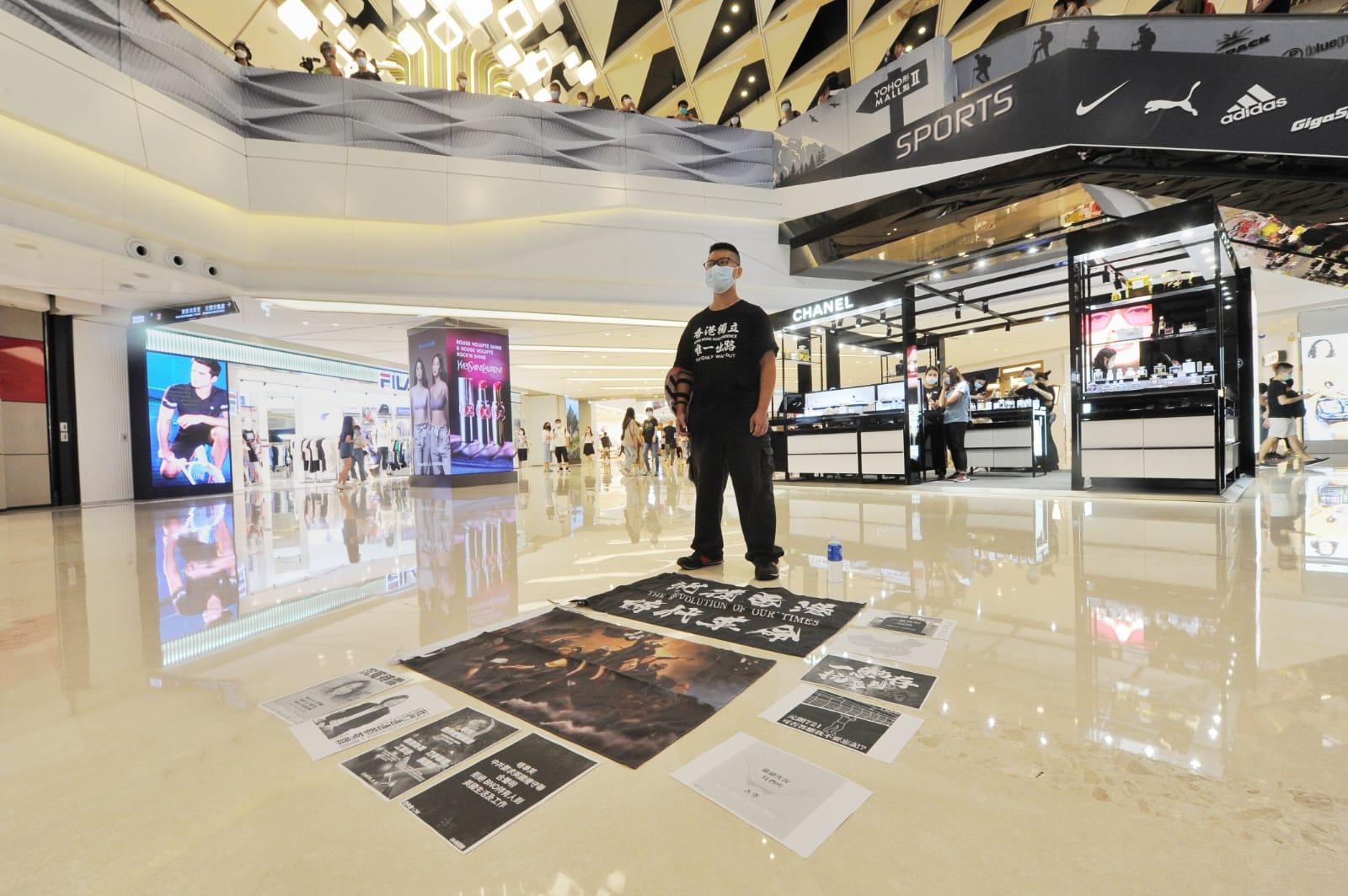 今日(6月25日)端午節,每年的今日香港都會有賽龍舟的活動,不過今年的端午節卻非同一般。由於武漢肺炎疫情影響,賽龍舟的活動被迫取消,但是不少市民卻選擇前往商場,在逛商場的同時,舉行「和你Shop」的反送中及反「國安法」的抗極權活動,「衛護我城」。(宋碧龍 / 大紀元)