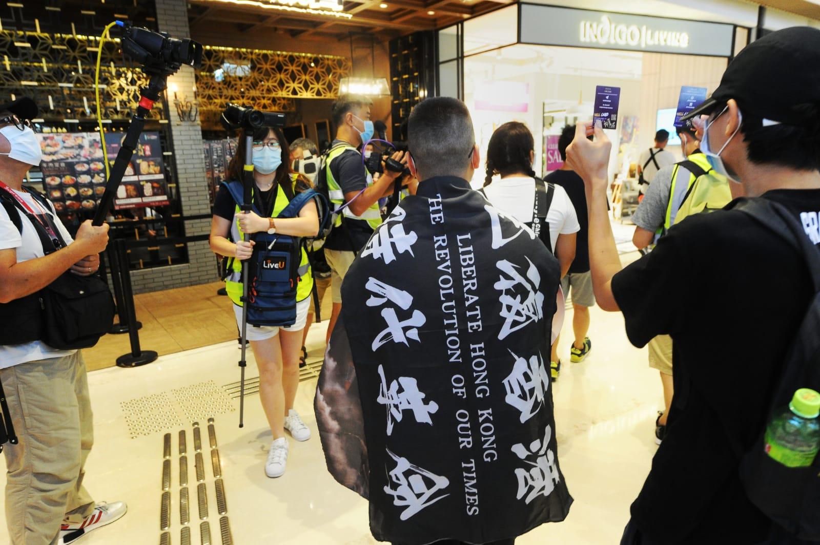 來到Yoho Mall的抗爭者們一邊高喊著「天滅中共,全黨死清光」等口號,一邊環繞著整個商場巡遊,並展示「光復香港,時代革命」的旗幟及漫威電影中美國隊長的盾,喻意著香港人要「守護和防衛」香港這一方土地。(宋碧龍 / 大紀元)