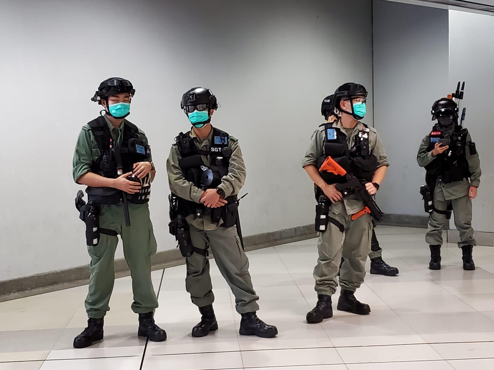 在近商場的地鐵入口處可見全副武裝武裝的防暴警察再戒備。(宋碧龍 / 大紀元)
