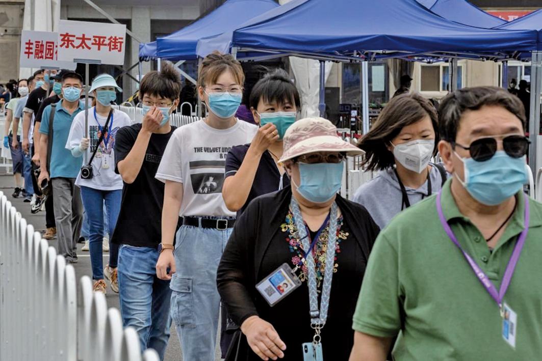二次疫情中北京限制人員流動,所有離京者須有7天無感染核酸檢測報告。圖為北京一檢測點等候檢測民眾。(Getty Images)
