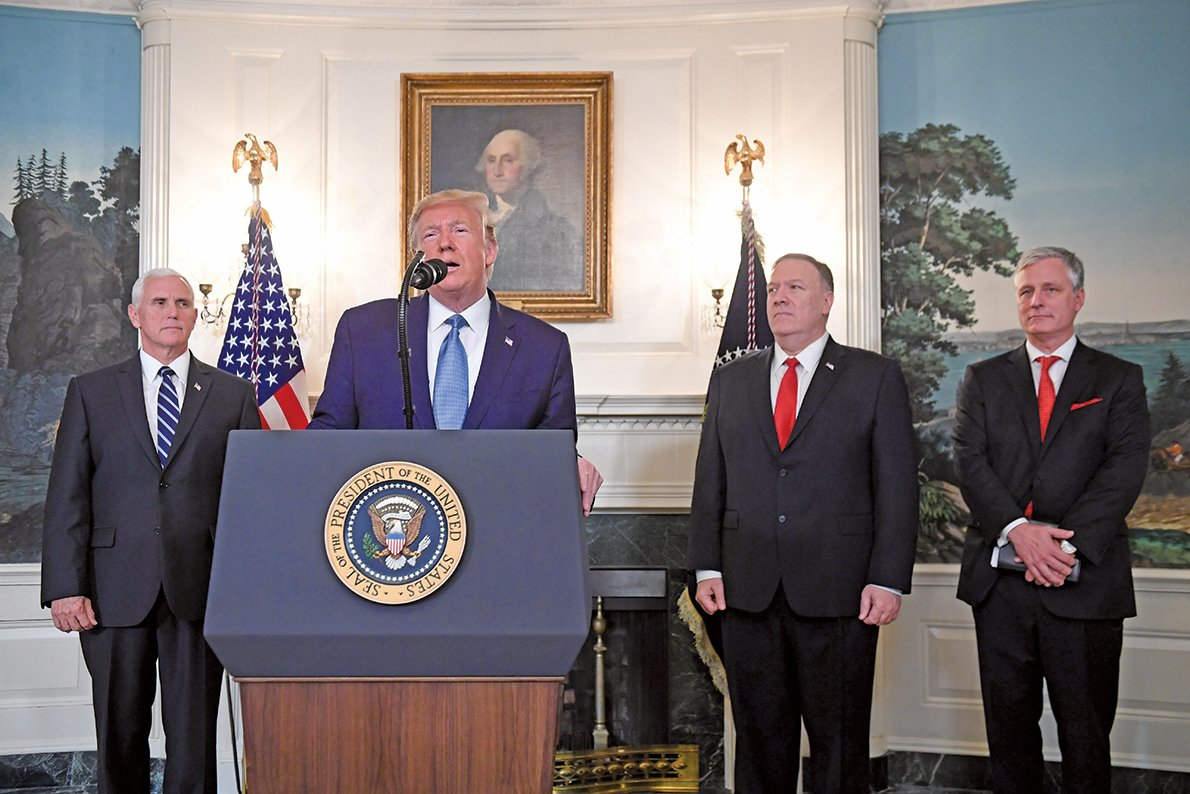 圖為美國總統特朗普(左二)、副總統彭斯(左一)、國務卿蓬佩奧(右二)和白宮國安顧問奧布萊恩(右一)出席白宮記者會。(AFP)