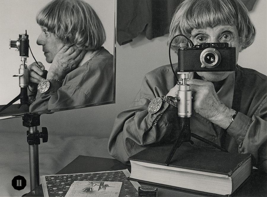 晚年的Ilse Bing再次以同一個角度自拍。(受訪者提供)