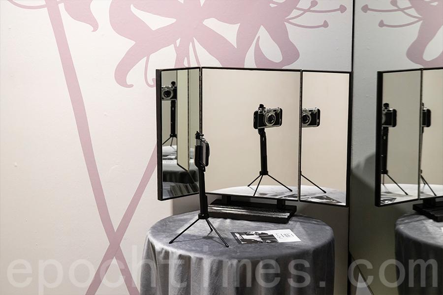 為了讓觀眾更直觀地感受到她拍攝的角度,在場館中特別模擬了一個反射鏡的角落。(陳仲明/大紀元)