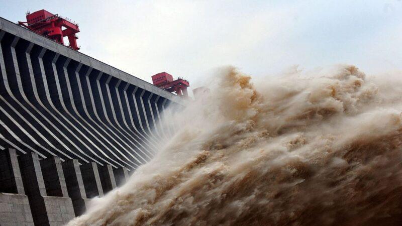 中國長江流域近期持續遭遇暴雨襲擊,不僅造成逾20省市遭受洪災,也讓三峽大壩面臨着潰壩的危險。截至目前,三峽大壩水位已超警戒線2米多。為降低潰壩風險,當局已下令長江幹流上的4家水電站全開運行,減慢洪峰,同時讓中下游近千座水庫緊急洩洪。當局還安排專家出面對三峽大壩的變形情況進行解釋,卻被海外專家指在關鍵問題上含糊其辭,懷疑暗藏隱情。