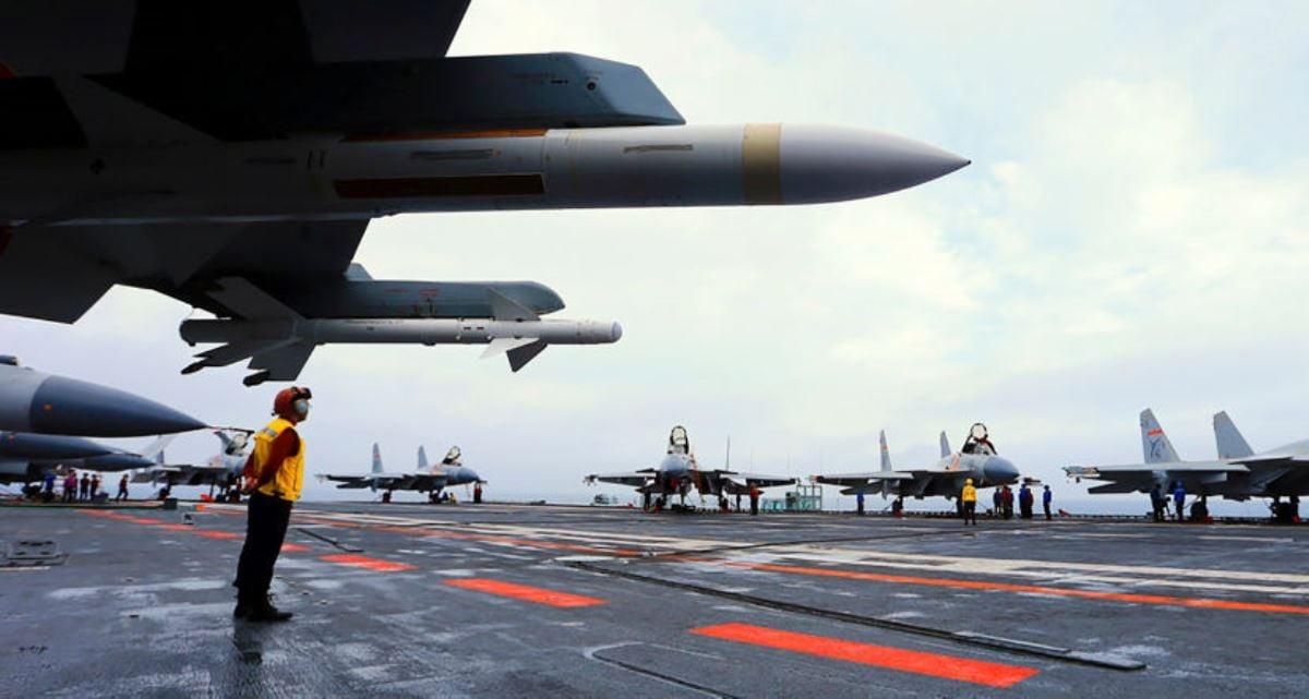 圖為中國遼寧號航空母艦上停放的J15戰機。(AFP via Getty Images)