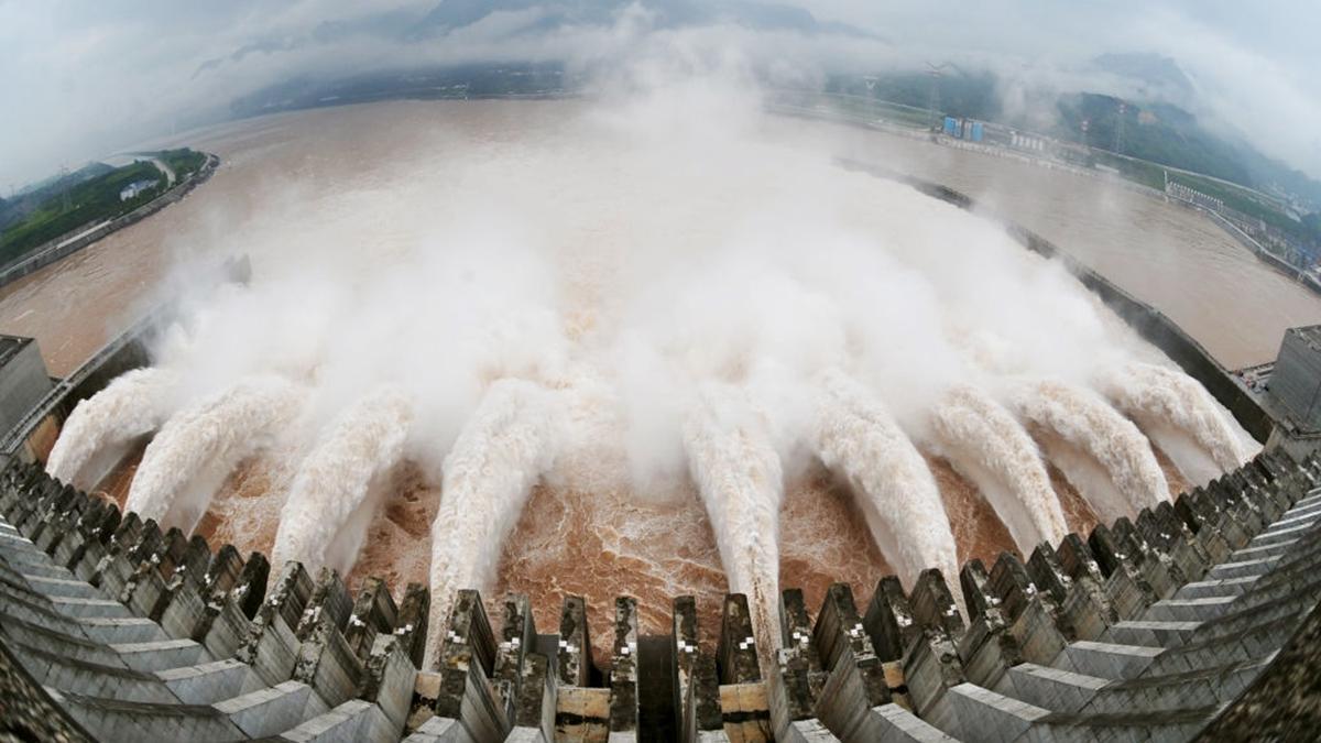 專家指,三峽工程是前中共黨魁江澤民,強行給中國人埋下的一顆「定時炸彈」,毛澤東前秘書李銳和著名水利工程學專家黃萬里曾對此堅決反對。(AFP/GettyImages)