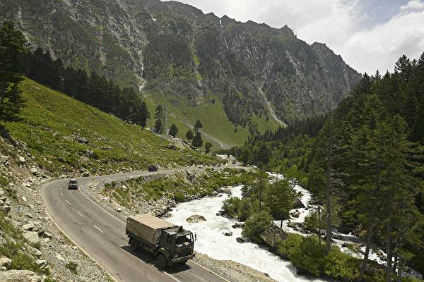 2020年6月17日,印度軍隊朝著與中國接壤的列城(Leh)駛去。 (Tauseef MUSTAFA / AFP)