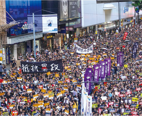2019年的香港「七一」遊行創新紀錄,55萬人參加,抵抗中共暴政成為了遊行民眾的主要訴求。(余鋼/大紀元)