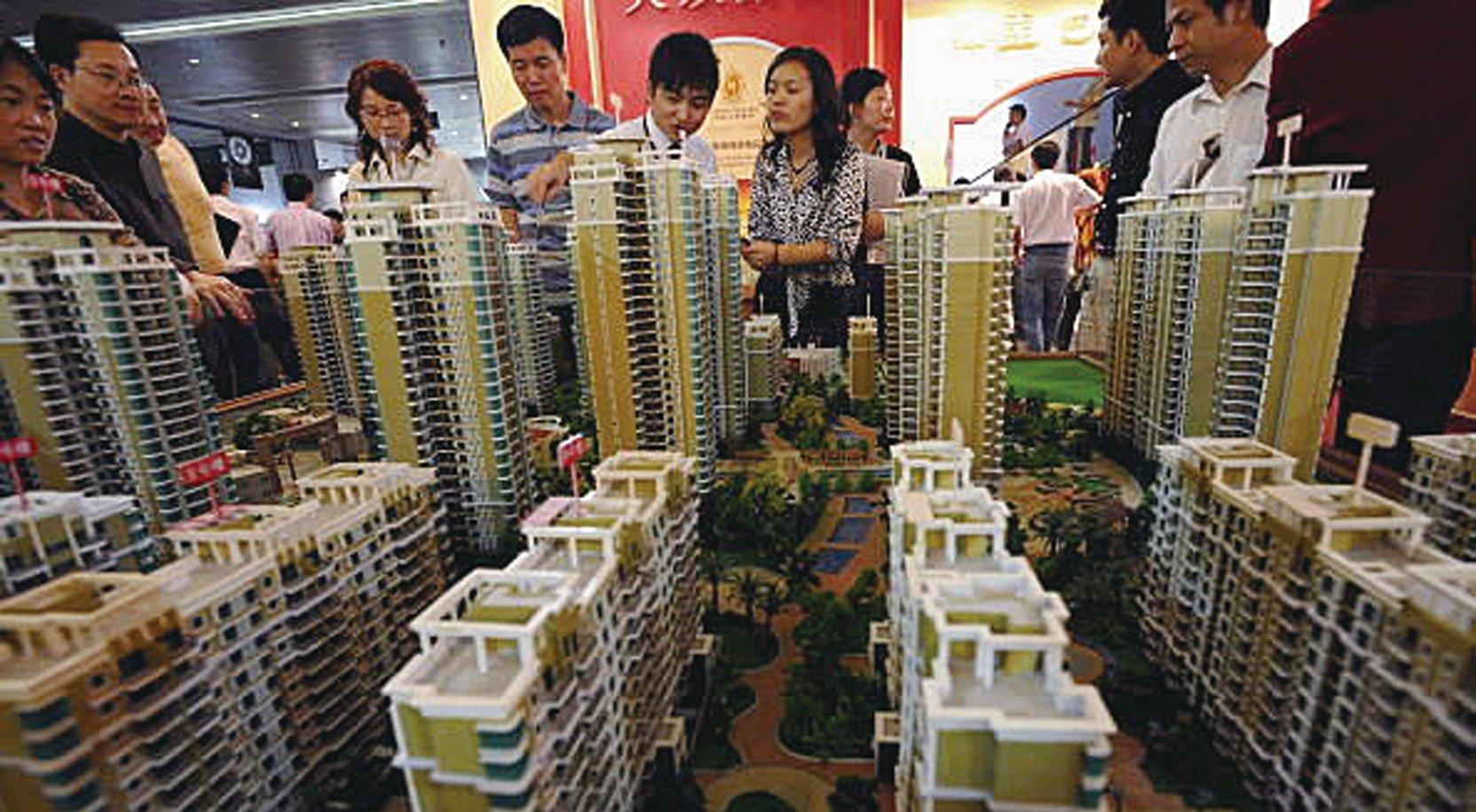 受中共病毒瘟疫打擊,北京房地產市場已經趨冷。最近北京的瘟疫再次從新發地爆發,令北京房地產市場雪上加霜,無論是銷售還是租賃市場雙雙下滑,其中租房帶看量下滑30%。分析師認為,這相當於2008年金融危機再現。圖為大陸房地產銷售一景。(Getty Images)