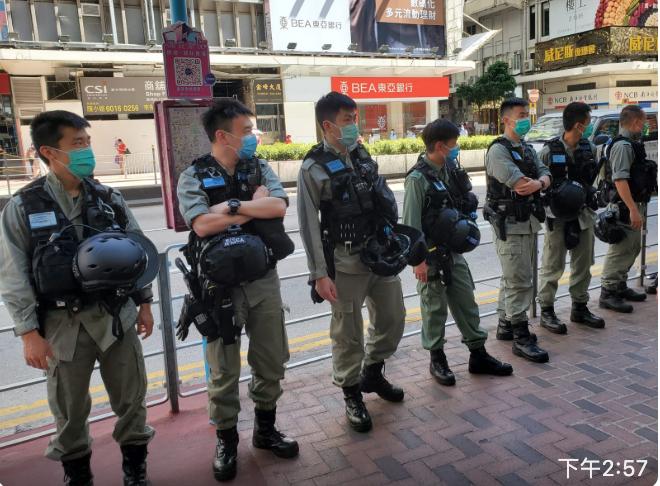 不少防暴警察在佐敦站佐敦道出口。(宋碧龍/大紀元)