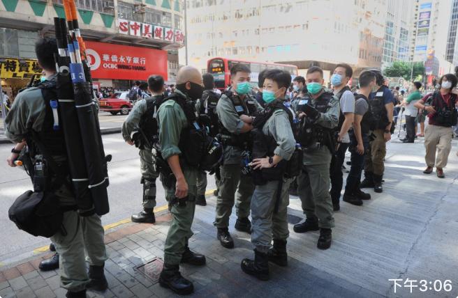 佐敦裕華國貨前出現大量防暴警察。(宋碧龍/大紀元)