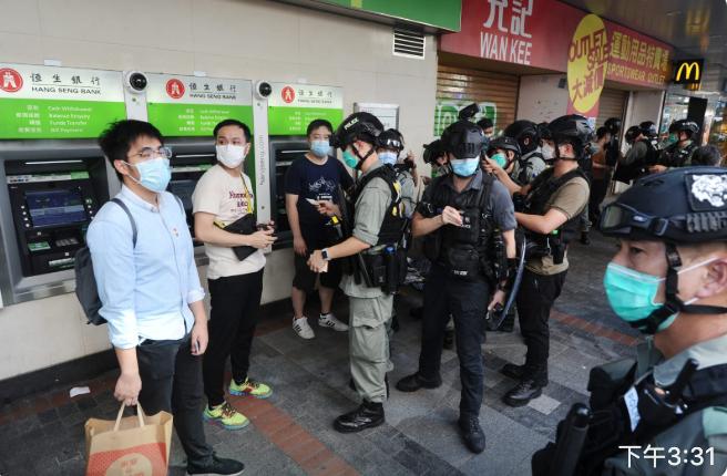 彌敦道北海街許多市民被防暴警察截查。(宋碧龍/大紀元)