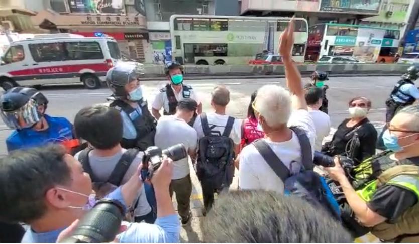 油麻地。有長者因防暴警察強制拉起封鎖線而引起爭執。(宋碧龍/大紀元)