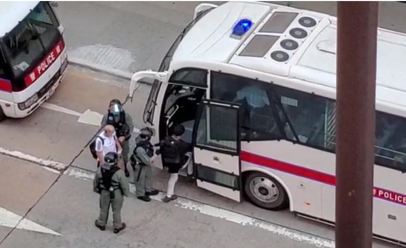 旺角,登打士街與彌敦道交界,41男20女被截查;現場消息指該61人涉「非法集結」罪,被送上警方大巴。(宋碧龍 / 大紀元)