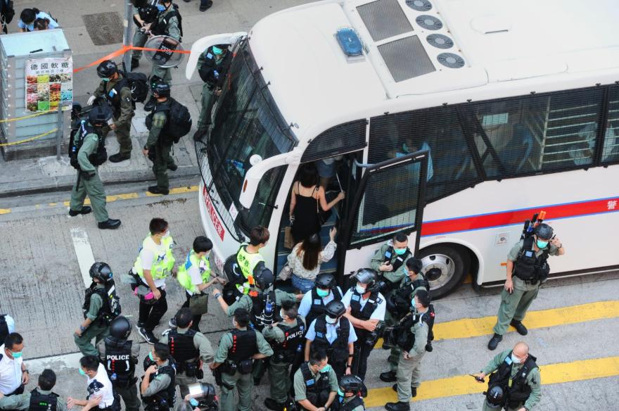 旺角,6.28最大拘捕。現場消息稱41男12女被截查,後送上警車,當中不乏身穿反光衣人士。據悉被捕者包括區議員徐子見,被送往紅磡警署。(宋碧龍 / 大紀元)