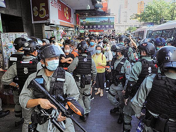 昨日下午 有網民發起 「6.28靜默遊 行」, 從佐 敦靜默遊行 至旺角, 途 中屢遭防暴 警察截查和 阻截去路。 ( 宋碧龍/ 大紀元)