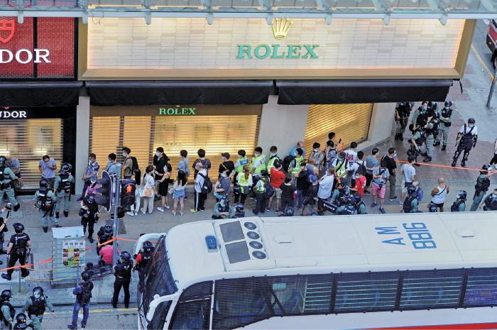 警方下4時許,在旺角拉起封鎖線,大批市民及身穿反光衣的急救員被包圍,不准離開。警方晚上表示,下午共拘捕53人涉嫌非法集結。(宋碧龍/大紀元)