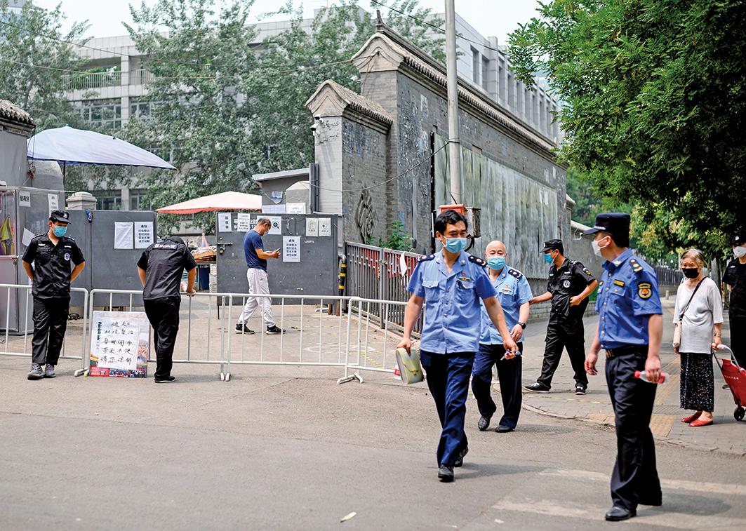 近日,雄安新區爆發嚴重疫情。圖為6月23日北京新發地附近的警務人員在執勤。(Getty Images)
