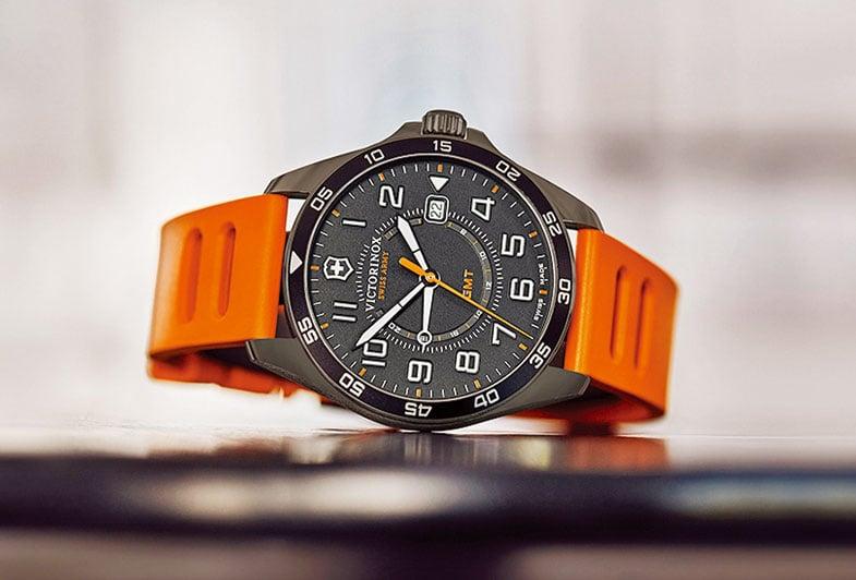 瑞士刀品牌Victorinox推出全新FieldForce系列GMT腕錶。