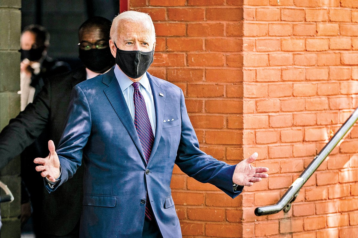 拜登25日在賓州參加競選活動時戴著口罩,不過他講話時摘下了口罩。(Getty Images)
