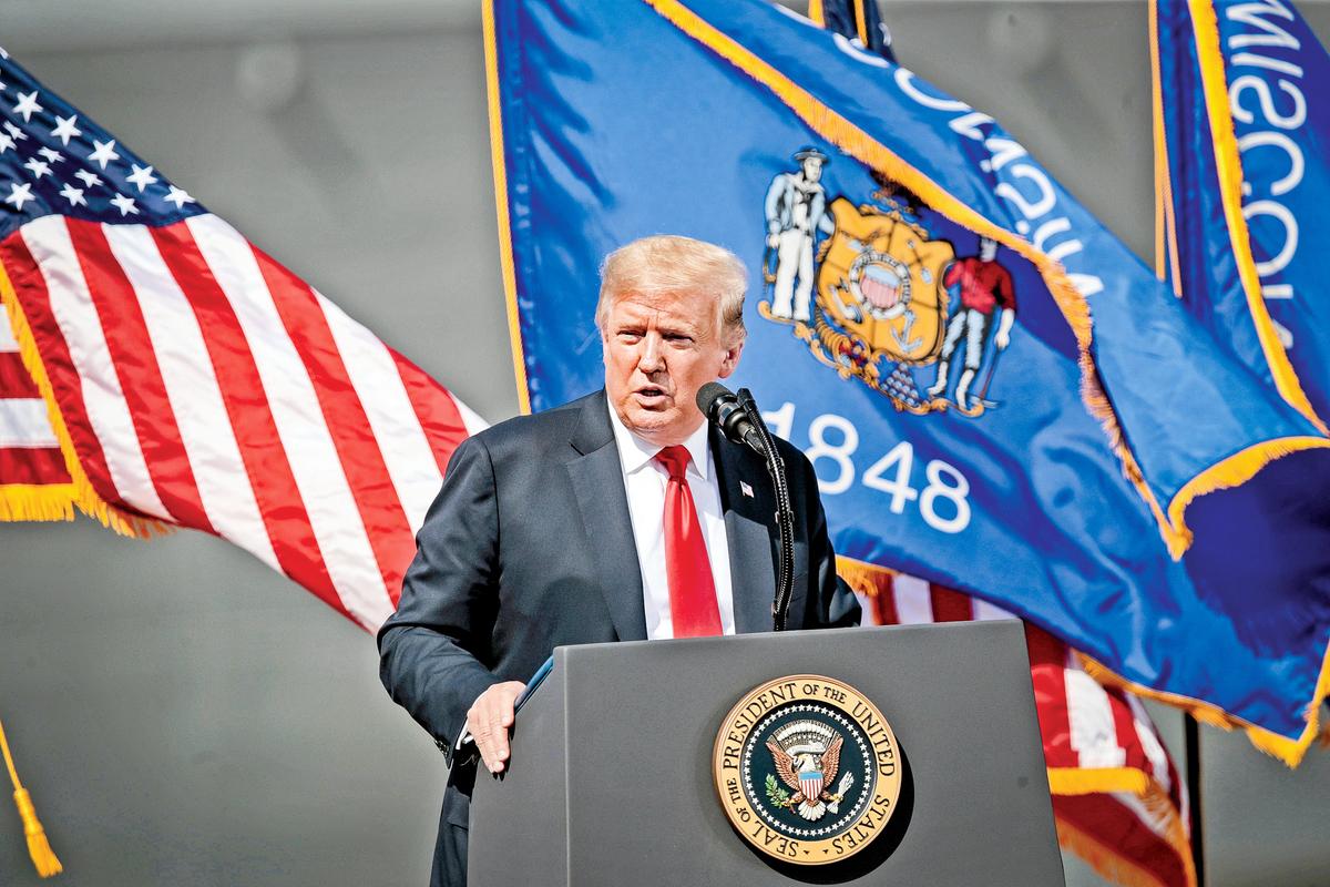 特朗普25日到訪威斯康辛州的一家造船廠,「照例」沒有被拍到戴口罩。(Getty Images)