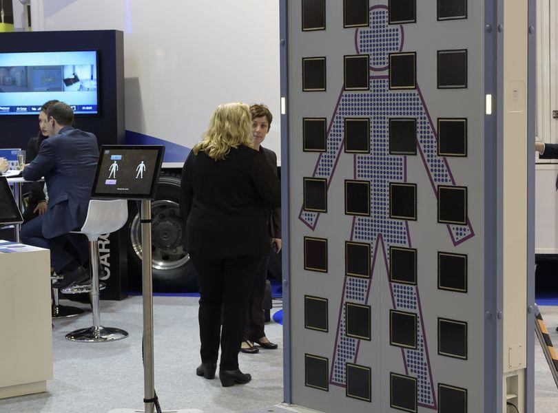 美國正在阻止中國最大安檢設備製造商同方威視(Nuctech Co.)在歐洲的擴張。機場X射線檢查系統示意圖。(Photo by ADRIEN MORLENT / AFP)