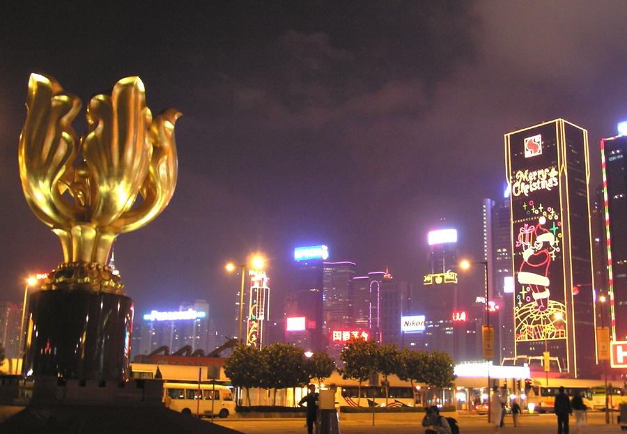 中共在即將來臨的「七一」在香港佈防。有評論認為,中共在香港大張旗鼓公開其警力及軍力,目的是要恐嚇香港人不要在「七一」走上街頭,同時向美國亮牌其軍事實力。但若真的正面交鋒,中共軍力不堪一擊。圖為香港灣仔金紫荊廣場夜景。(圖片來源:維基百科)