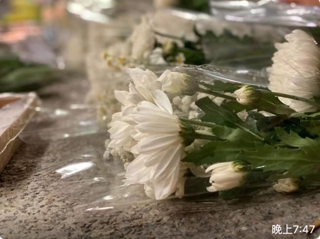 粉領嘉福邨追思會,思念去年殉身的盧曉欣同學。圖為鮮花。(霄龍 / 大紀元)