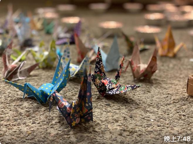 同學們獻上的和平紙鶴。(霄龍 / 大紀元)