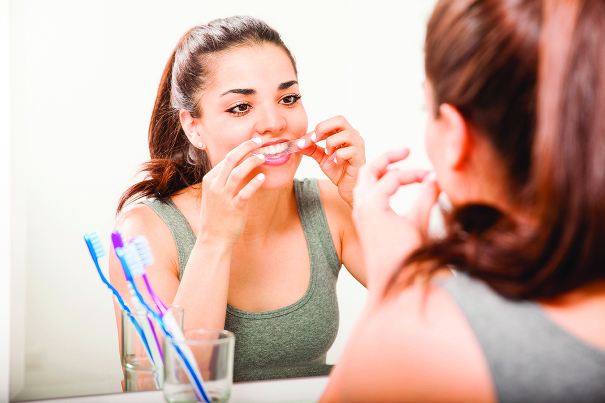在使用美白牙貼時,請務必將牙貼仔細貼緊牙齒。
