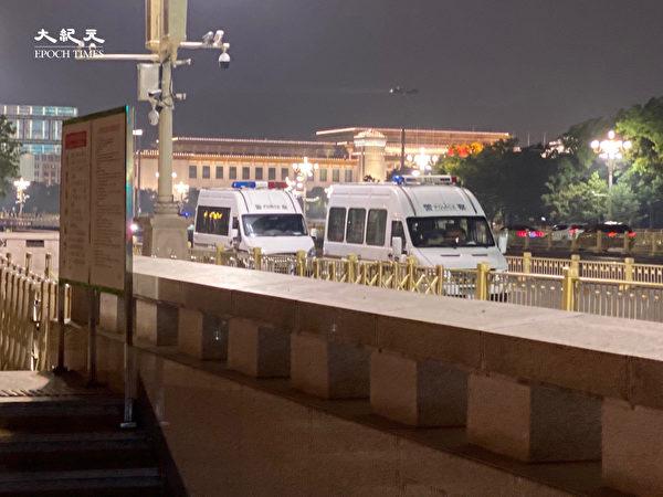 2020年6月28日,天安門外戒備森嚴,一處就停有兩輛警車。(大紀元)
