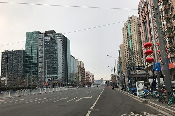 因受中共病毒疫情的影響,原本人潮熙攘的北京商場街門都變得門可羅雀。中共病毒重創北京經濟,衝擊超出想像。圖為:中共病毒籠罩下的北京大街,空空蕩蕩沒有行人。(大紀元)