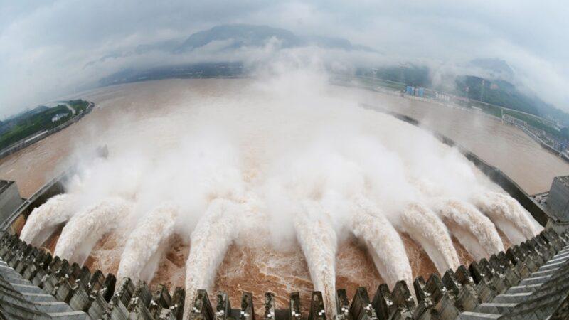 三峽大壩防洪失效,當局為保大壩不出險情,開始全力洩洪,導致下游城市面臨淹城危機。(AFP/AFP/GettyImages)